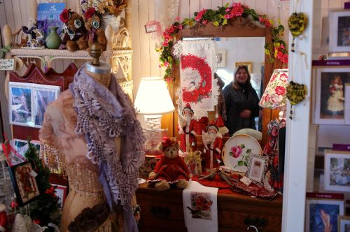 Christmas scene  at Gingerbreads. Terry Lepore, the wizard designer, peaks out of the mirror. Blogfinger photo. Click left