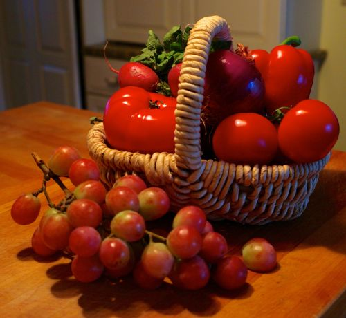 beefsteak tomatoe, radishes, bell peppers, globe grapes, and red onion
