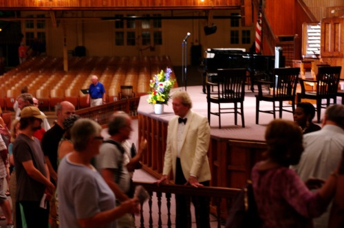Gordon Turk says goodnight to the audience after a fine Labor Day concert. Paul Goldfinger photo.