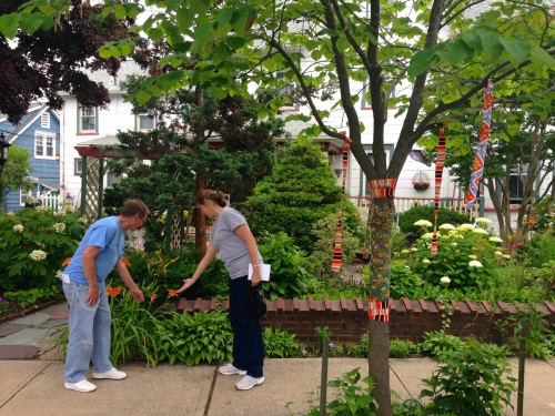 Karen and Rich from Philadelphia admire Mauro Bacolo's Asbury Avenue garden. Blogfinger photo ©  6/20/15