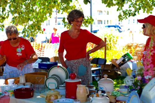Low prices rule. Big crowd in attendance on Saturday, the last day of the bazaar.  Paul Goldfinger photo.  ©
