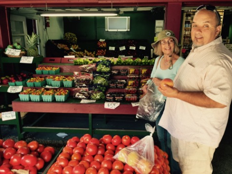 Tony Pagano of UVas chats with eileen over the Jersey tomatoes. © Paul Goldfinger photo.