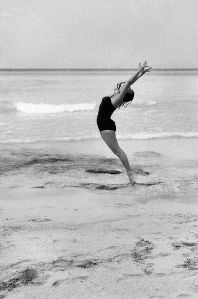Jesse A. Fernandez, Alicia Alonso, Varadero Beach, Cuba, 1958. Courtesy Throckmorton Fine Art ©